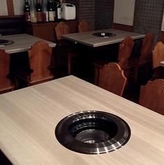 広々としたテーブルの真ん中に焼き網がありますので、会話を楽しみながらお食事できます!!家族との食事・会社での会食など様々なシーンに最適です♪