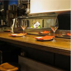 おひとり様は是非カウンター席を♪オープンキッチンですので店員にお勧めを聞いたり、会話をしたりお食事にワンスパイス加えてください。