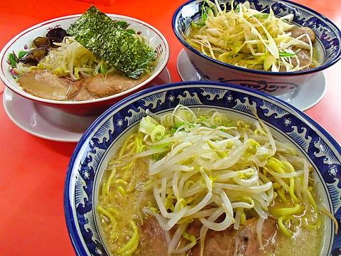 野菜や鶏を一切使わず純粋に豚骨だけでとったスープの味を昼も夜も味わえる。