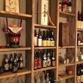 壁にはたくさんのお酒が並ぶ