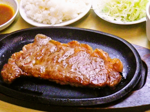 有名レストラン出身のシェフが作る本格派のステーキとラーメンが味わえる店。