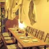 海辺のリゾートをイメージしたウッド調のテーブル席。仕切りを取って繋げると宴会仕様に!最大12名様までご利用頂けます。