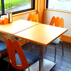 木のぬくもりを感じる4名掛けテーブル席。