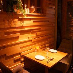 ガラス窓横の開放的なテーブル席は大人のデートや友人とのディナーにもおすすめです。