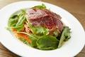 料理メニュー写真冷製 牛肉の熟成生ハム『ブレザオラ』のトマトソース 生カッペリーニ