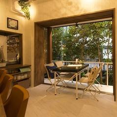 1階には少人数グループに最適なテラス席がございます。釜川のせせらぎを聞きながらお食事をお楽しみください。