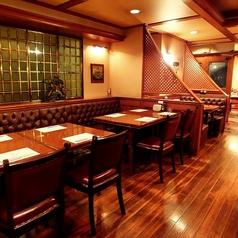 【テーブル】4名用、6名用、8名用。少人数の飲み会ももちろん大歓迎です。ご友人との飲み会やデートなど幅広いシーンでお使いいただけます!大人の隠れ家で楽しい時間をお過ごしください。(日本橋 居酒屋 ランチ 洋食 パーティー 貸切 個室 隠れ家 飲み放題 ダイニングバー)