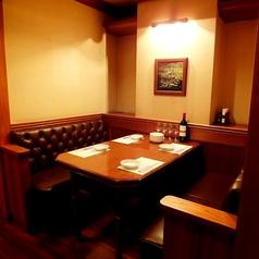 【テーブル】4名用、6名用、8名用。隠れ家風居酒屋として常連のお客様に親しまれてる当店。駅から近く、内装は洋館をイメージした、日本とは思えないお洒落な店内です☆大小異なる8タイプの個室を完備しておりますのでシーンを選ばずご利用頂けます。(日本橋 居酒屋 ランチ 洋食 パーティー )