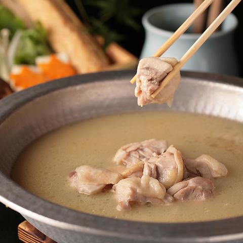 新鮮朝引き地鶏の焼鳥と鶏料理、濃厚スープの博多水炊きが人気の個室鶏居酒屋。