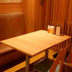テーブル席にはソファ席の連なったお席もご用意。ゆったりとお楽しみいただけます。