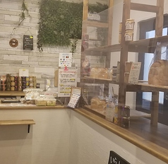 【明るくきれいな店内☆】正面には出来立て食パンがたくさん並んでおります!その他ギフト用のジャムも展示しております☆ご自宅用はもちろん、お土産、プレゼントなどにもオススメです♪