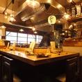 店内中央のオープンキッチン※混雑時お席2時間制の場合御座います。