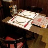 2名席をくっつけることで人数に合わせてお席を配置することもできます。テーブル上に置いた紙のテーブルマットにはこだわりなどを記載しているのでぜひ読んでみて下さい♪片側がソファータイプのテーブル席もあります☆