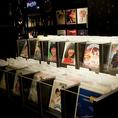 客席に設置されたレコード棚から自由にリクエスト曲を選ぶ楽しさが当店の最大の醍醐味
