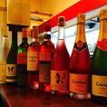 夏はキリッとよく冷えたスパークリングワインや白ワイン、ロゼがオススメです! スパークリングワインは白、ロゼともにご用意しています。