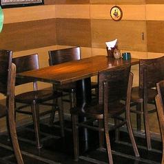 4名席は3つございます。お席はくっつけたり話したりできますので、大人数でも対応可能です。