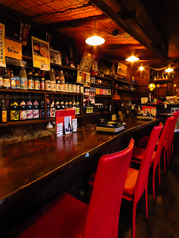 目の前に希少焼酎や日本酒が並ぶカウンター席は常連様に人気の席。