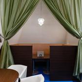 【半個室席】6~9名様用の半個室席ございます。リゾートホテルのようなラウンジ空間で優雅なひとときをお過ごしいただけます。