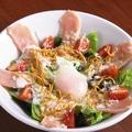 料理メニュー写真鶏生ハムと温泉卵のシーザーサラダ