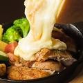 料理メニュー写真とろとろラクレットチーズ 温野菜と串焼きチキンを添えて