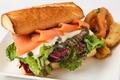 料理メニュー写真スモークサーモンとクリームチーズのバケットサンド