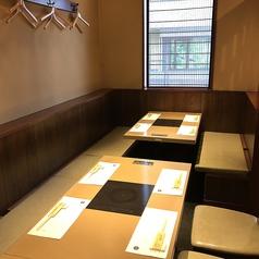 落ち着いてお食事いただけるテーブル席は、デートや女子会にも◎