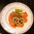 料理メニュー写真ポテト&ベーコン炒め、エスカルゴ、スモークサーモン※写真はスモークサーモン