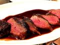 料理メニュー写真蝦夷ジカのステーキ(上)フレンチの上質なソースで