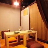 8名個室と4名個室があります。こちらは4名個室です。まるで自宅のようなカジュアルなテーブルです。ご友人やカップルでの利用にも、のんびり会話を楽しみたい方にもおすすめです。