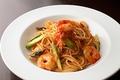 料理メニュー写真エビと野菜のトマトソーススパゲッティ