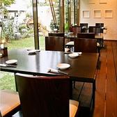 テラスに面した明るいテーブル席。[2~4名様]