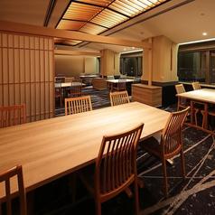 当店奥には、10名様ほどの団体様にご利用いただける半個室を設けております。10名様まで収容可能なお部屋を2部屋、12名様まで収容可能なお部屋を1部屋完備。どのお部屋も、窓から大阪ベイエリアの絶景をご覧いただけます。会社宴会やご接待、お仲間うちのお祝い事など、多彩にご利用ください。