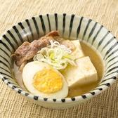 【店舗で作るお豆腐を使った肉豆腐】おいしい水と厳選した大豆から特製豆乳を製造し、店舗では毎日配送される豆乳でできたて豆腐を仕込んでいます。その「出来立て豆腐」を使用した、天狗名物料理「肉豆腐」は創業以来の伝統の味として、お客様に長くご好評を頂いております。