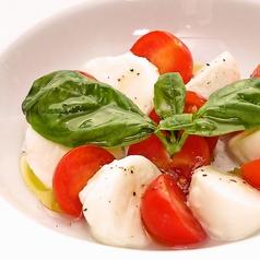 ナポリ最高級の水牛モッツァレラチーズとフレッシュトマトのカプレーゼ