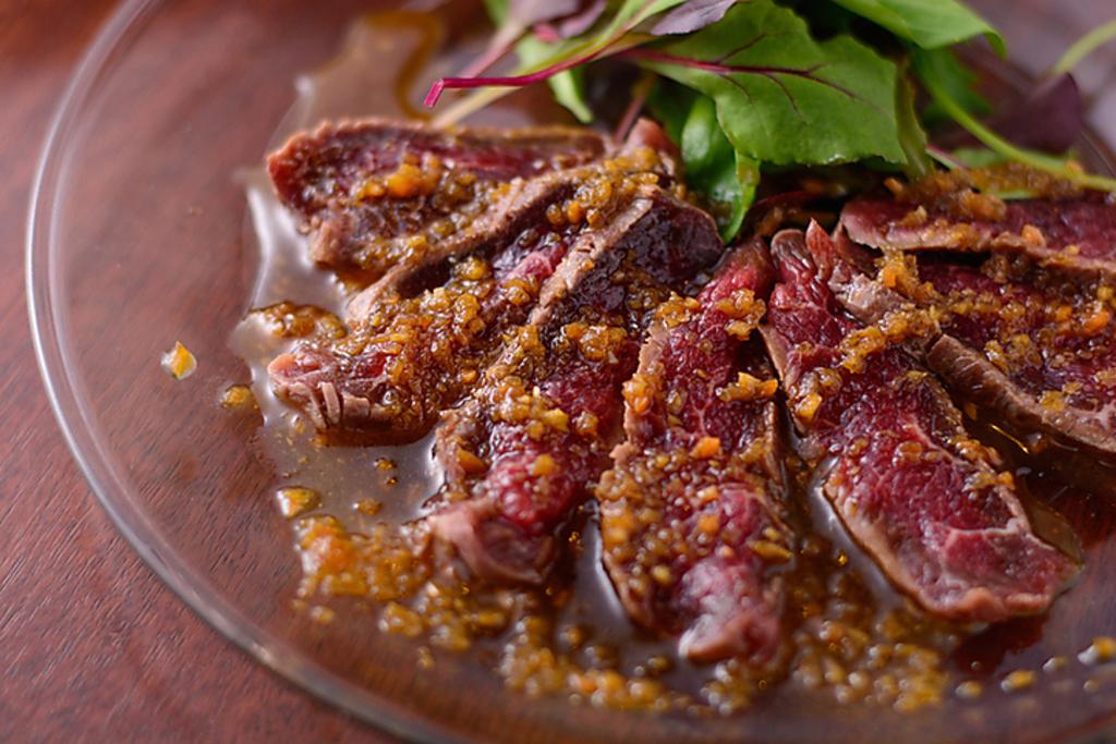 生ラムのたたきは常連に人気の看板メニュー!ジビエ料理の代表格