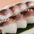 こだわりの一品料理:熟成させた鯖の炙り棒寿司