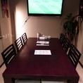 6名様向けのテーブル席。壁面にはモニターもご用意しております☆