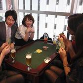 ソファ席テーブルはカードゲーム用にも変身