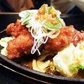 料理メニュー写真若鶏唐揚げJU~JU~鉄板