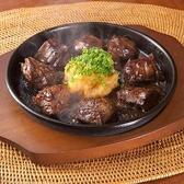 【ロングセラー!サイコロステーキ】天狗と言えばサイコロステーキ。昭和59年から続く、不動の人気を誇るロングセラーです。美味しさの秘訣は旨味とコク味がたっぷりの厳選された熟成ハラミ、伝統レシピの【特製にんにくおろしソース】、焼いた鉄板を、そのままテーブルへお運びし、音と香りも味わえます!