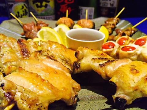 備長炭で焼き上げた焼鳥の数々は、炭火の香り豊かでほどよく脂が落ちて味わい深い。