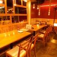 団体様には明るい雰囲気のテーブル席を。
