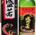 【神津島本格麦焼酎 盛若 グラス … 680円】樫樽貯蔵によって熟成された本格麦焼酎。伊豆七島の中で一番人気とされる銘柄です。すっきりとした、嫌味のないバランスのとれた味わいが特徴です。