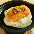 料理メニュー写真【モッツァレラチーズの鉄板ステーキ】ひっくり返せる珍しい新感覚チーズ♪伸びるチーズはインスタ映え◎