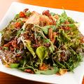 料理メニュー写真アボカドと揚げ蓮根のサラダ