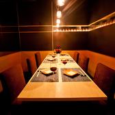 切子グラスに囲まれた人気のテーブル個室