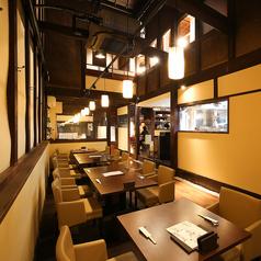 【1F】テーブル席38席。天井の高い作りで開放感のある店内です。