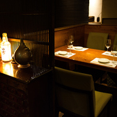 雰囲気抜群な4名様用テーブル席!種類豊富なお酒が並ぶカウンターを横にし、楽しいひと時をお過ごしください☆