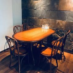 2Fにあるアンティークな雰囲気のテーブル席でございます。