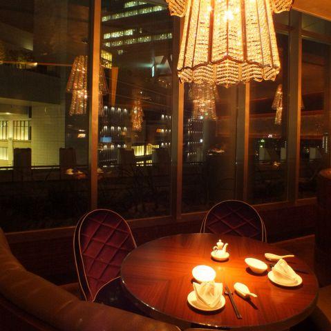 高級感溢れるオシャレな店内×夜景が魅力的。記念日や誕生日などの特別な日には夜景の見えるソファー席を・・・★20名までの個室もございますので接待や会食にも最適